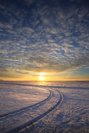 Winterlandschaft bunten Sonnenaufgang über dem schneebedeckten Feld Standard-Bild - 71416558