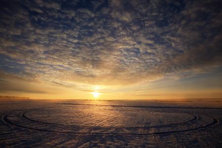 winterlandschap kleurrijke zonsopgang boven de met sneeuw bedekte veld Stockfoto