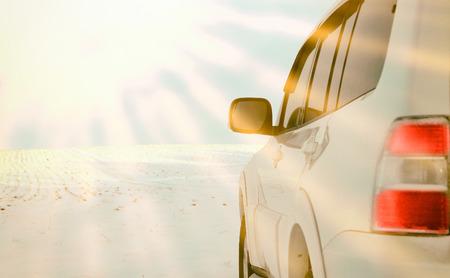 Close-up fragment auto's bedekt met sneeuw en ijs in het zonlicht