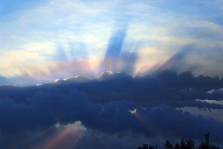 冬の街並み煙突からの煙の雲から太陽の光線 CHP 写真素材