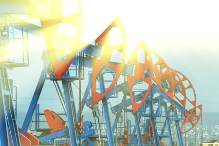 polea: Cerca de las bombas de aceite en los prados sobre un fondo de cielo azul en el verano Foto de archivo