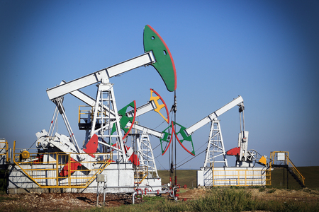barril de petróleo: summer landscape oil pumps in a field on a clear sunny day