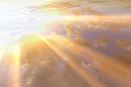 Atardecer, amanecer con nubes, rayos de luz y otros efectos atmosféricos. Foto de archivo