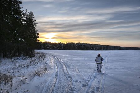 Beautiful sunrise over a field in winter hunting Imagens