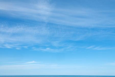 Modrá obloha s mraky pozadím Reklamní fotografie