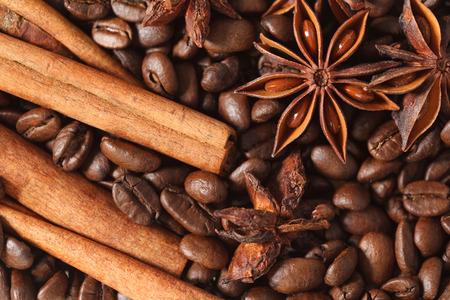 texture spilling coffee beans cinnamon and cloves Stok Fotoğraf