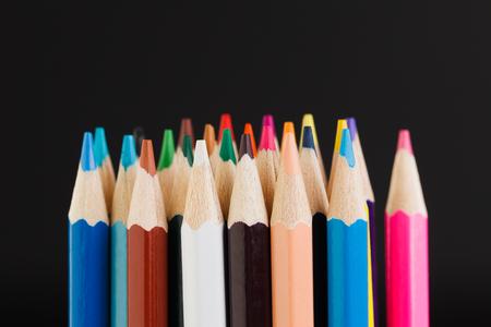 黒の背景のクローズ アップに分離された色鉛筆