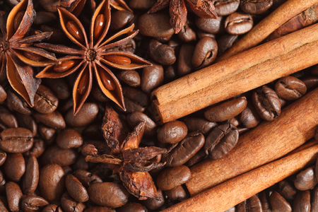 texture spilling coffee beans cinnamon and cloves Stok Fotoğraf