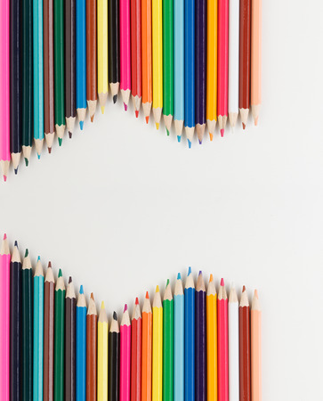クローズ アップ ホワイト バック グラウンドに分離された色鉛筆