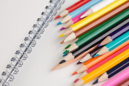 白紙の紙と白 Backgruond にカラフルな鉛筆 写真素材