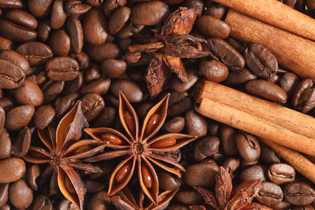 texture spilling coffee beans cinnamon and cloves Stok Fotoğraf - 58741729