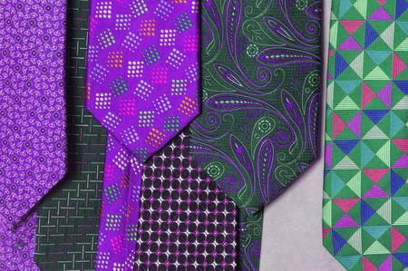 さまざまな色と色をネクタイします。