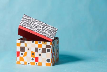 無地の背景にカラー化粧箱