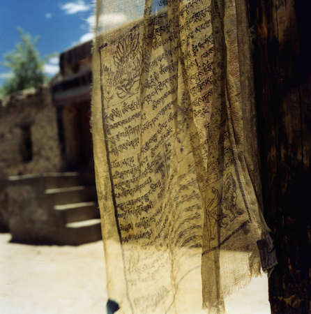 prayer flag in a monastery corutyard in Ladakh/India Standard-Bild