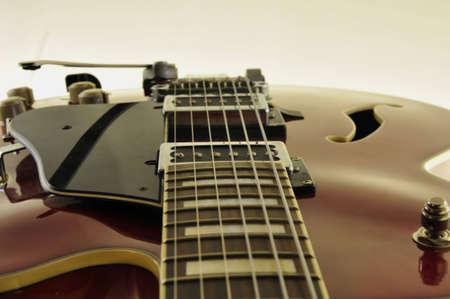 tremolo: dettaglio di un rosso di chitarra jazz isolato su sfondo bianco