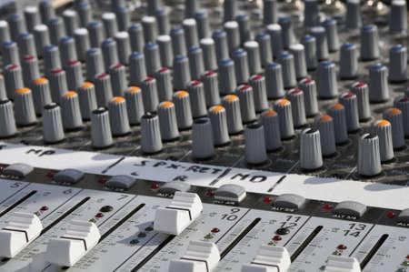 musik: Detailaufnahme eines Mischpultes mit vilen Knöpfen und Reglern  Details include a console with buttons and knobs
