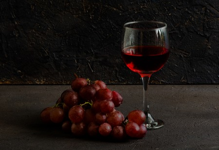 Red wine glass and grapes on the table Banque d'images - 122470323