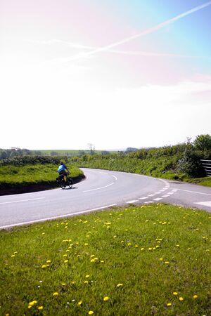 grass verge: Il ciclismo � il modo di viaggiare in questi giorni