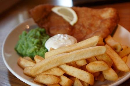 fish and chips: Un repas pub de puces de poisson et pur�e de pois Banque d'images