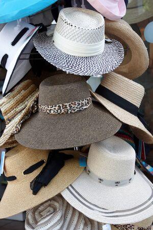 head wear: Una variet� di cappelli in uno stand per la vendita