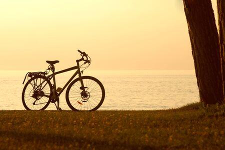 handle bars: Silueta de una bicicleta con mar de fondo