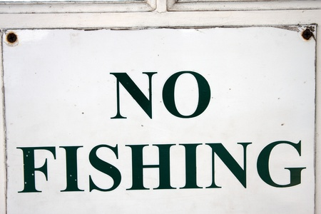 stating: A square white sign stating no fishing Stock Photo