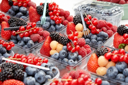 berry fruit: Fresh mixed berries for sale in an outdoor market
