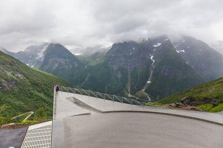 Ein Liebespaar wird vor der Kulisse der norwegischen Berge am Aussichtspunkt fotografiert. selektiver Fokus