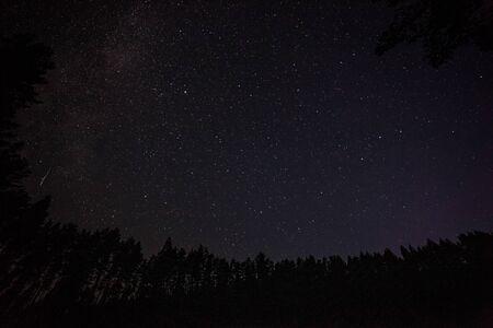 un million d'étoiles la nuit. vitesse d'obturation longue. Pluie de météorites. Voie Lactée