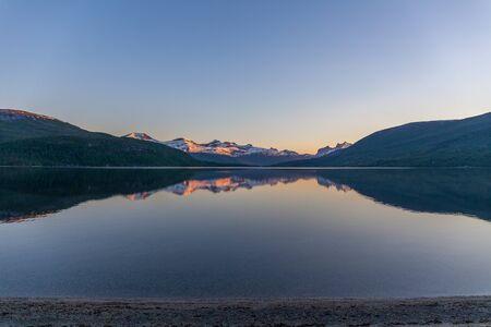 Fantastisk utsikt med fjord och berg. Vacker reflektion. selective focus