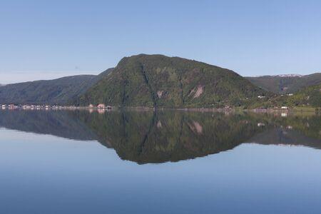 Fantastisk utsikt med fjord och berg. Vacker reflektion.r. selective focus