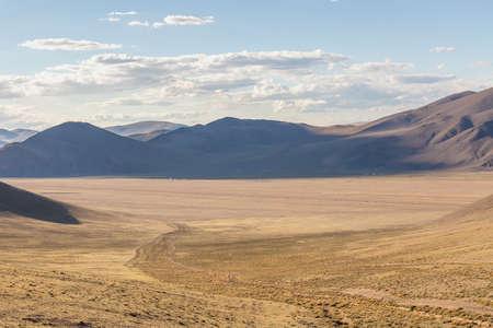 Western Mongolia mountainous landscape. View at nomadic camp. Mongolian Altai Stockfoto