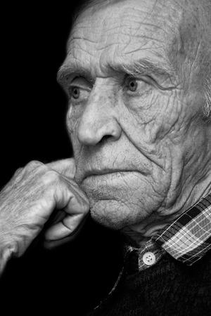 arrugas: La cara de la persona de edad, en las arrugas, blanco y negro
