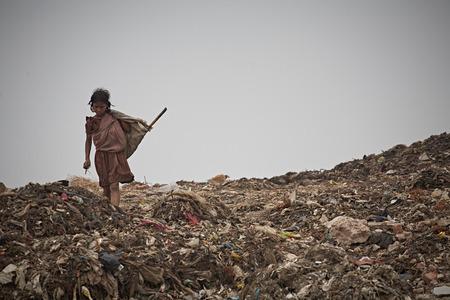 Nuova Delhi, India, luglio 2009 Ragazza in una discarica di rifiuti fuori città.