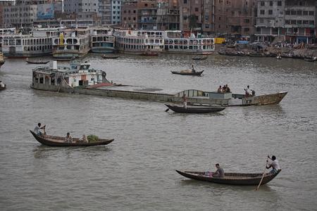 Dhaka, Bangladesh, January 2008. Passengers and rowers on the rowboats at the Sadarghat launch terminal. Editöryel