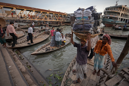 The Buriganga River crosses the capital of the country and in its main port are accumulated wooden boats and passenger ferries.