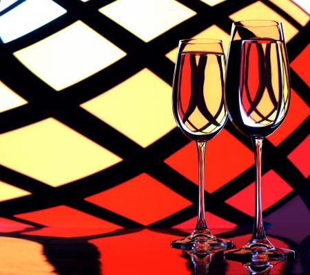 két pohár egy ital egy piros háttér