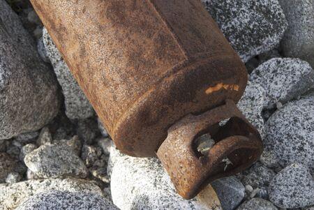 gas cylinder: cilindro de gas oxidado abandonado en un acantilado