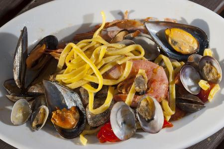 Ein traditionelles italienisches Meer Gericht: Linguine allo Scoglio Standard-Bild - 26148292