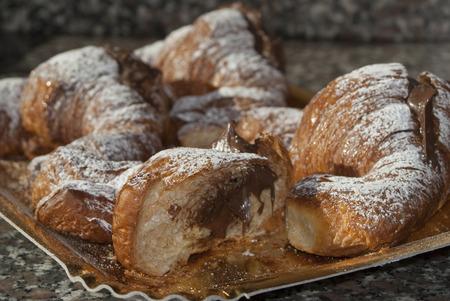朝食のための伝統的なイタリアのデザート: チョコレート クロワッサン 写真素材