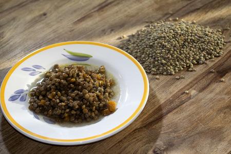 leguminosas: cereales y legumbres: lentejas crudas y cocidas