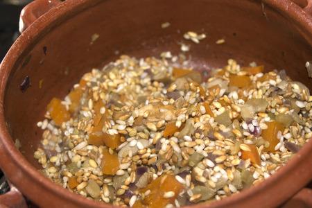 leguminosas: sopa de cereales legumbres y otros vegetavles Foto de archivo