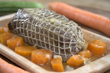wine sauce: roast beef at the wine sauce and carrots dont sliced