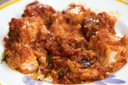 alcaparras: pez espada en los messinese con aceitunas salsa de tomate y alcaparras Foto de archivo