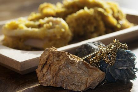 ego�sta: Juega de contraste con la adecuaci�n de un plato de pescado y joyas