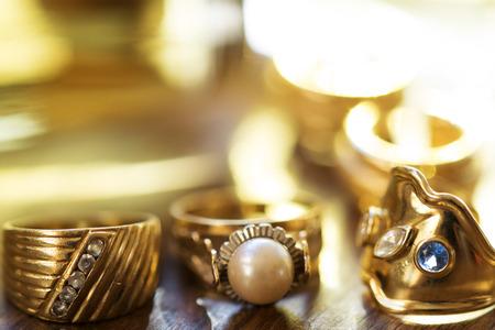 piedras preciosas: anillos con piedras preciosas en unaColección de joyas de la familia