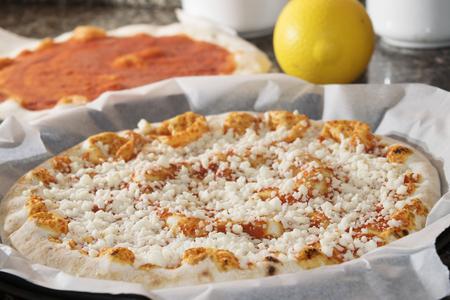 Pizza napoletana con mozzarella e salsa di pomodoro solo taked fuori dal forno Archivio Fotografico - 43551191