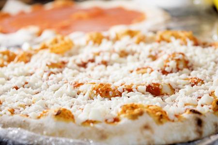 Pizza napoletana con mozzarella e salsa di pomodoro solo taked fuori dal forno Archivio Fotografico - 43551341