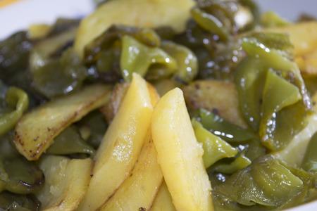 chiles picantes: caponata con patatas fritas y pimientos picantes