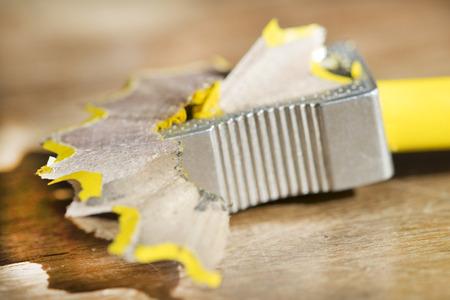 sacapuntas: sacapuntas de metal y l�piz de color Foto de archivo